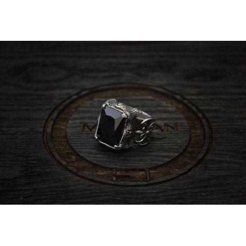 Массивная печатка с черным камнем , строгая мужская модель