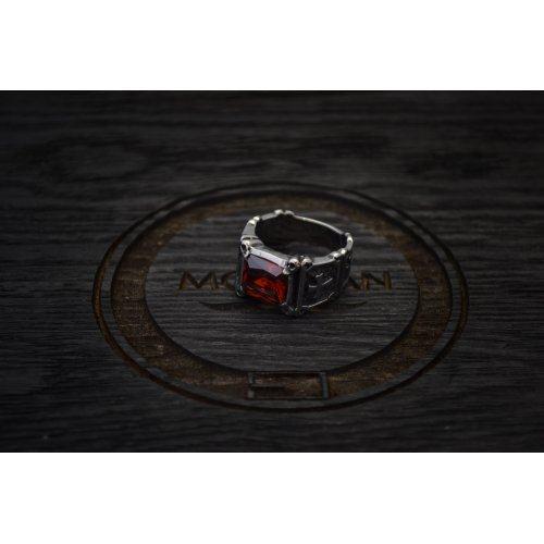Перстень с красным камнем массивный, строгий, лаконичный